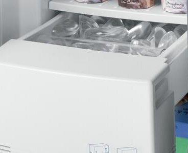 De icemaker aan de binnenzijde van het vriesgedeelte van een Amerikaanse koelkast