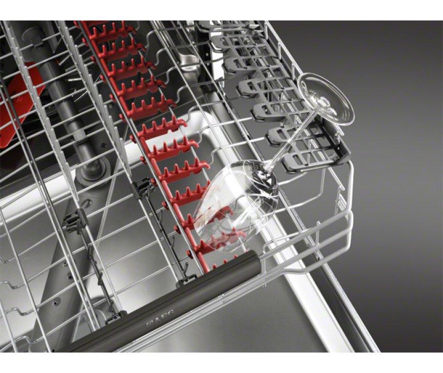 De neerklapbare steunen in de bovenkorf van de Aeg F65709VI0P inbouw vaatwasser