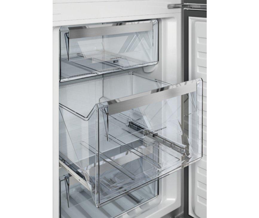Het vriesvak van de Aeg S53830CNX2 koelkast rvs is handig verdeeld in drie doorzichtige laden