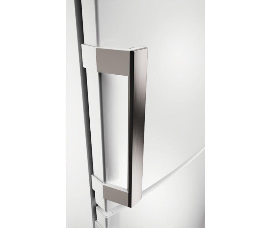 De Aeg S63430CNW2 koelkast wit is voorzien van luxe vormgegeven hevelgrepen