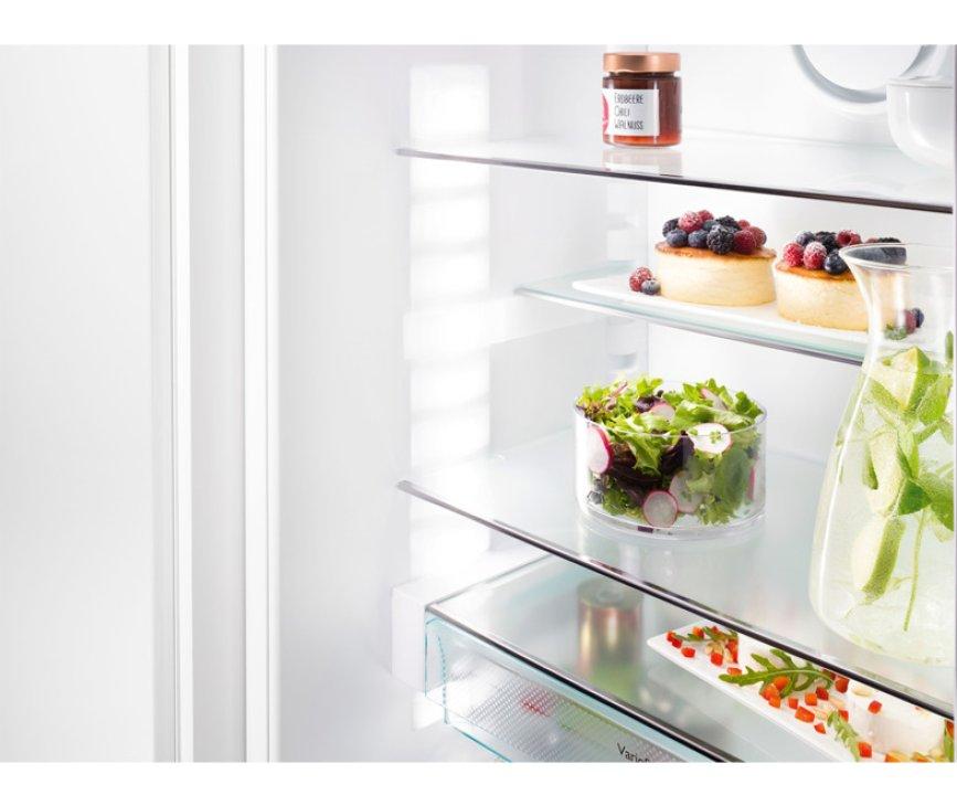 De leggers van de Liebherr ICBP3266 inbouw koelkast zijn verplaatsbaar, overal LED