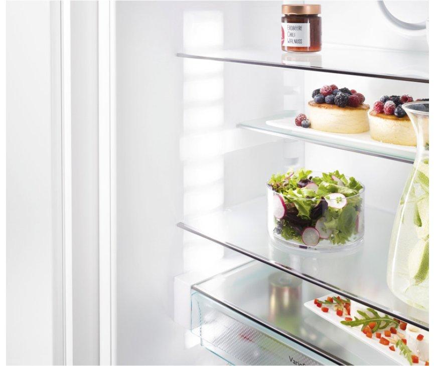 De leggers van de Liebherr ICNP3366 inbouw koelkast zijn in hoogte verstelbaar