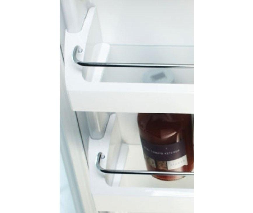 De binnendeur van het koelgedeelte is voorzien van degelijke vakken.