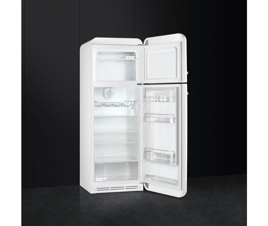 Foto van de binnenzijde van de SMEG retro jaren 50 koelkast FAB30RB1 behoort tot de retro jaren 50 koelkast
