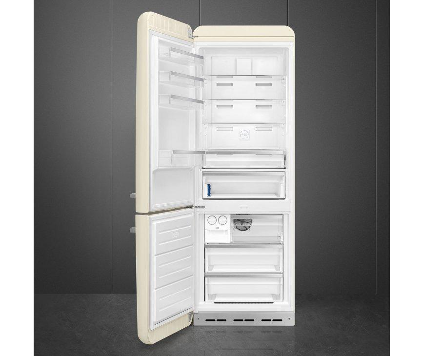 Foto van de binnenkant van de Smeg FAB38LCR5 koelkast