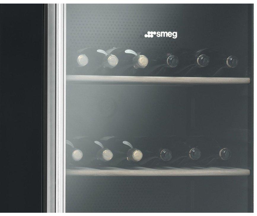 Dankzij de geinte ruit, de optimale temperatuur en luchtvochtigheid, het koolstoffilter en de electronische bediening biedt deze koelkast optimale omstandigheden om wijn in te plaatsen.