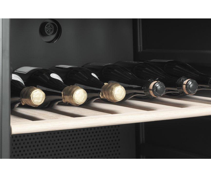 De Smeg SCV115-2 wijn koelkast beschikt over houten rekken aan de binnenzijde