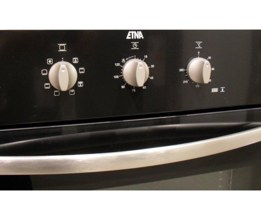 De combinatie van de zilveren accenten op het zwart maken de Etna A3405FTZT tot een fraaie inbouw oven
