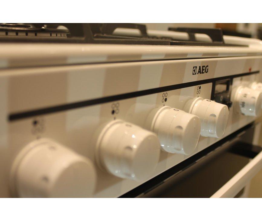 De fraaie knoppen op het Aeg Aeg 47896GT-WN fornuis