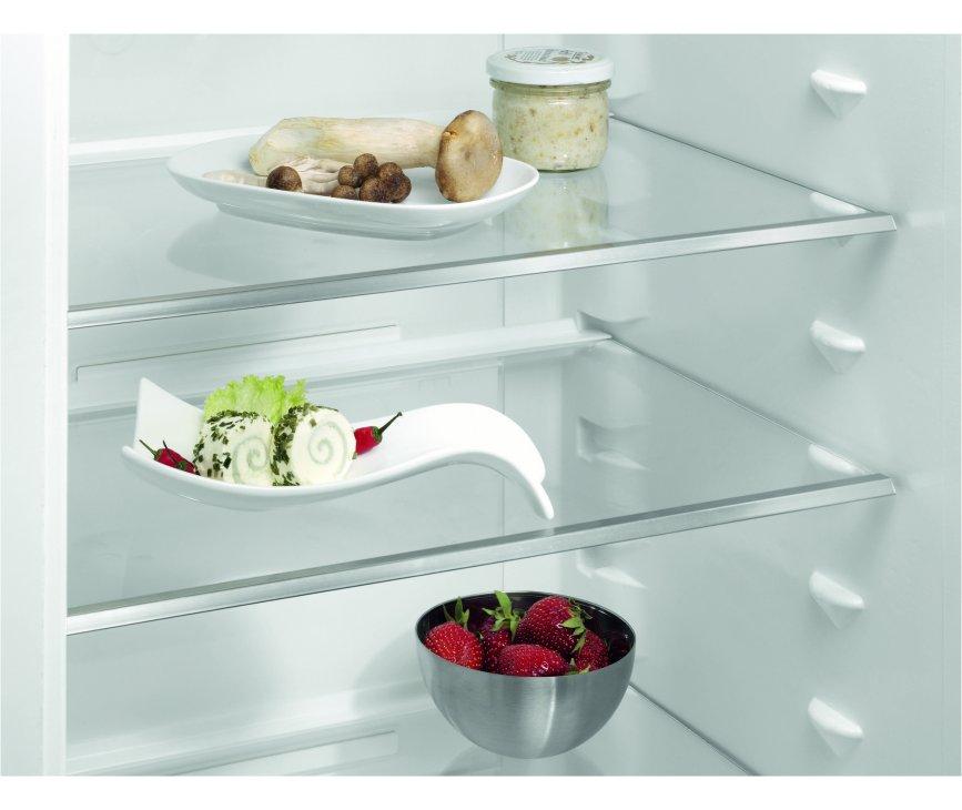 De Aeg S53820CTW2 koelkast wit is voorzien van glazen legplateaus
