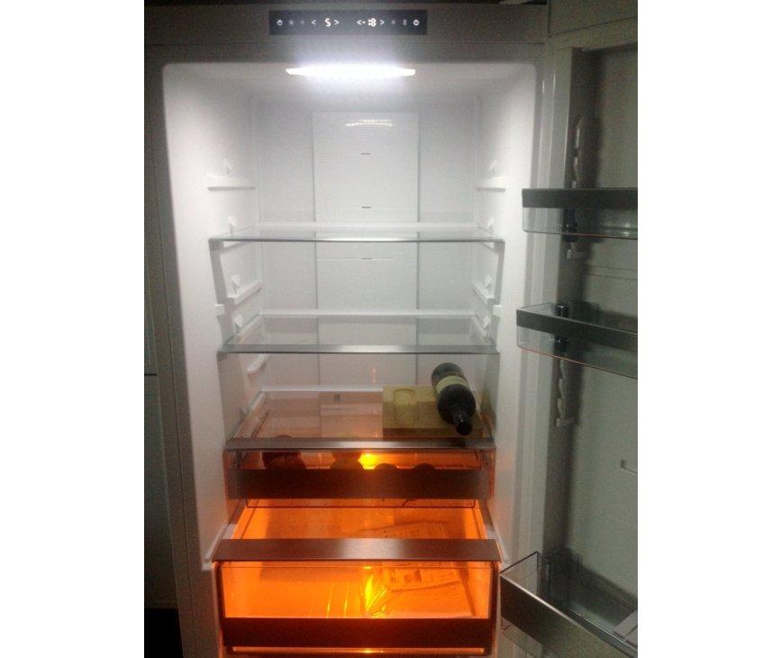 De Asko RFN2286WR koelkast beschikt over speciale Activa Vita Led verlichting welke het fotosynthetisch proces uit de natuur  nabootstt