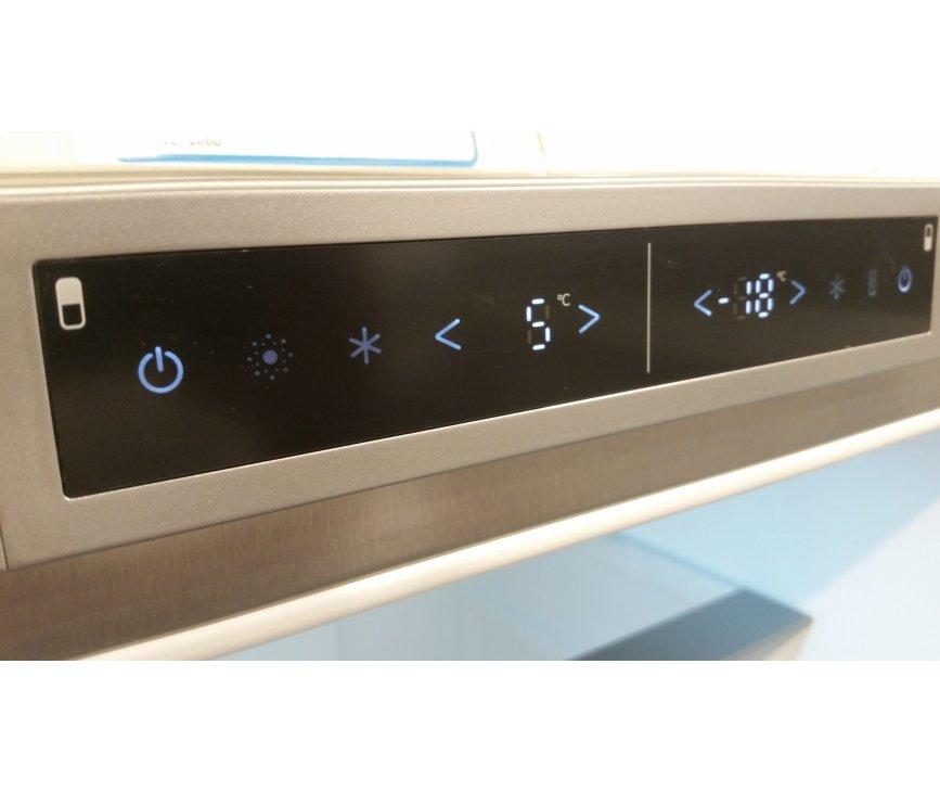 De bediening van Asko RFN2286SR is digitaal en bevindt zich op de bovenste rand achter de koeldeur
