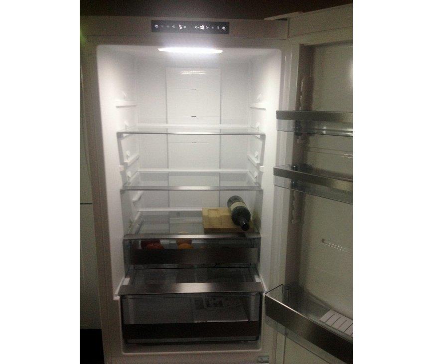 Foto van de binnenzijde van de Asko RFN2286WR koelkast wit