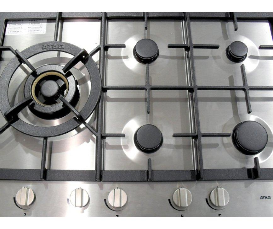 De wokbrander van de Atag HG7711BA bevindt zich aan de linker zijde