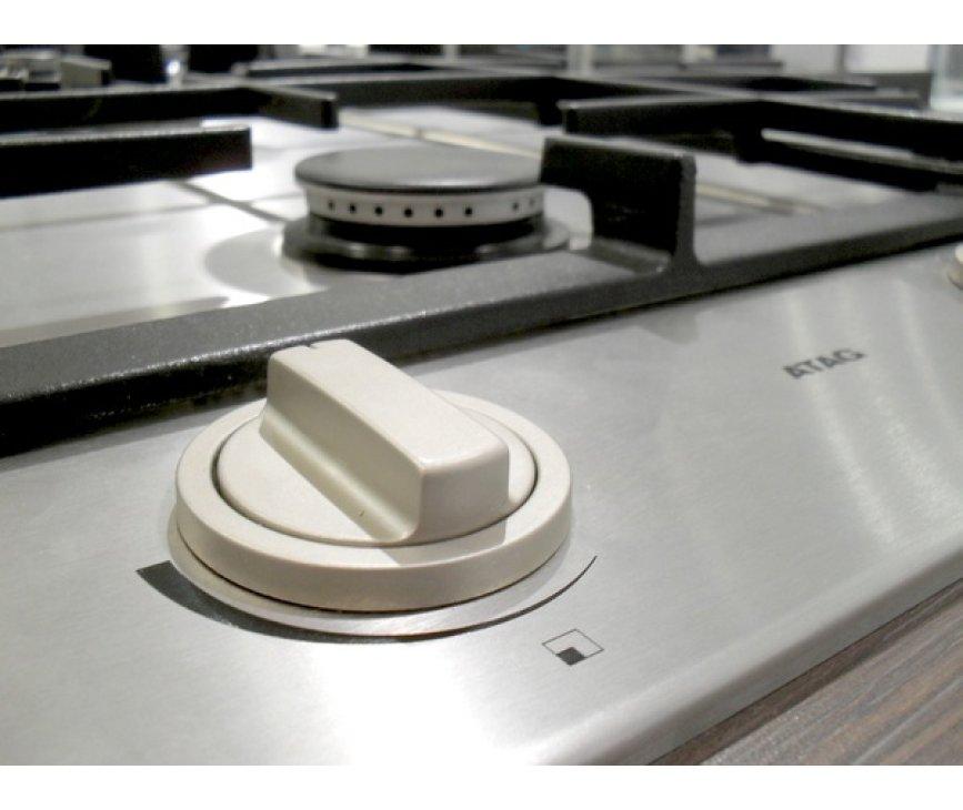 De vernieuwde knoppen op de Atag HG6211BA zijn stabieler en geven het design van de kookplaat nog meer alure