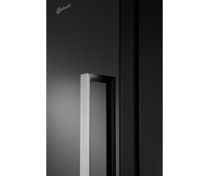 De combinatie van de vlakke deur, de kleur zwart en de bijpassende greep geven de Bauknecht KR PLATINUM SW een strak design