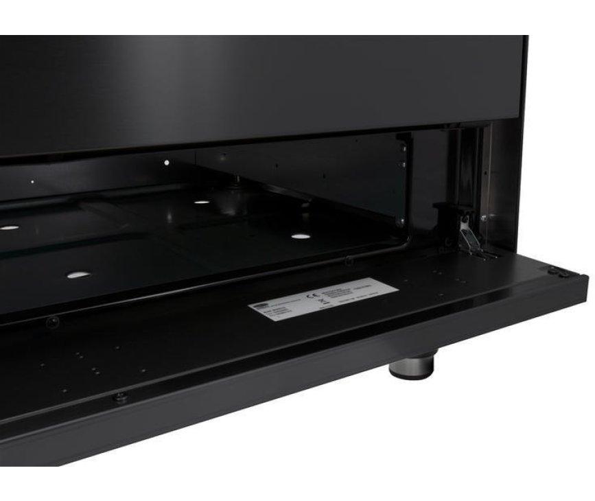 De opbergruimte onder de ovens biedt plaats voor de roosters en bakplaten welke niet gebruikt worden.