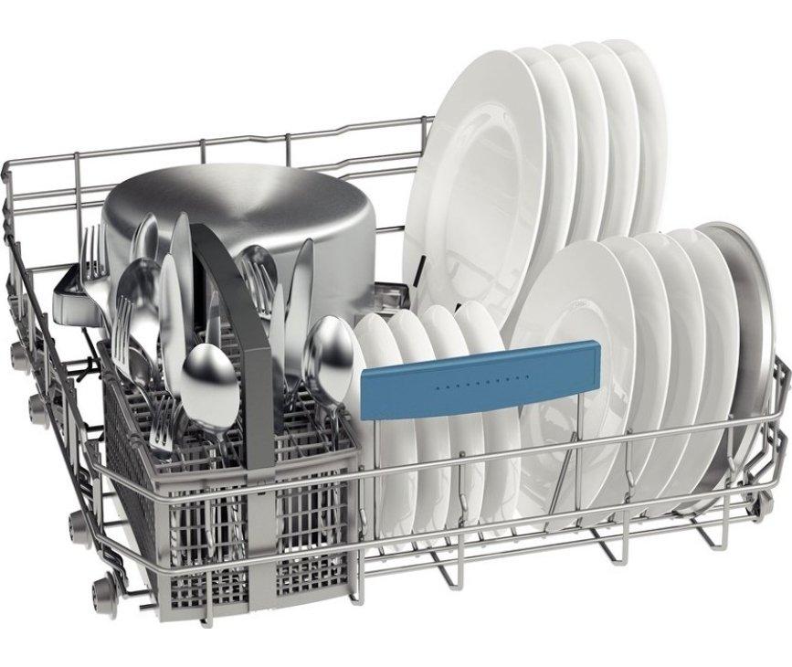 De onderkorf van de Bosch SMV86M50EU inbouw vaatwasser met neerklapbare steunen