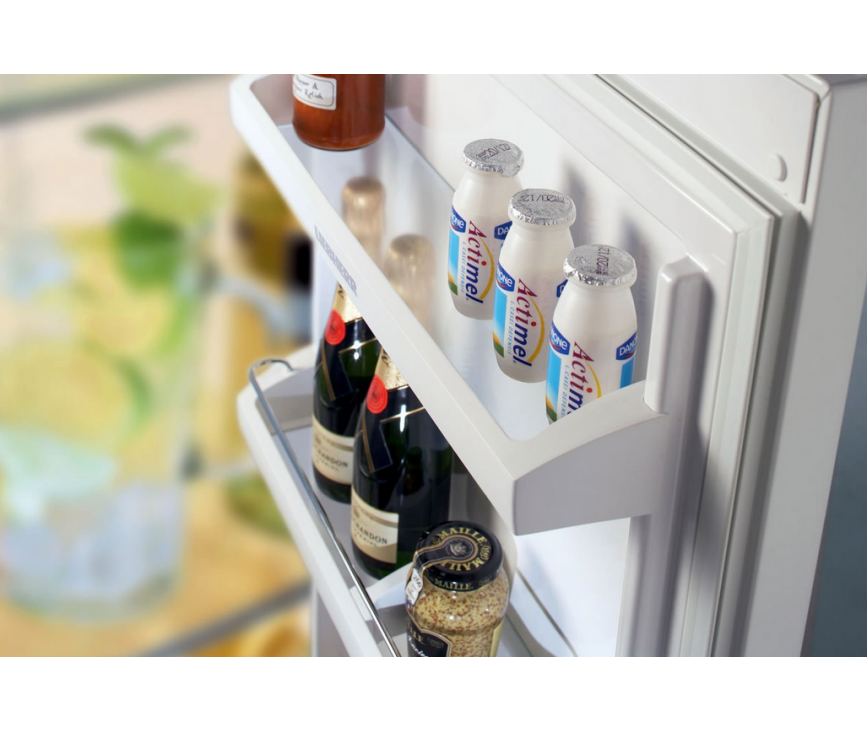 De binnendeur van de LIEBHERR koelkast beschikt over degelijke vakken met een glazen onderplaat
