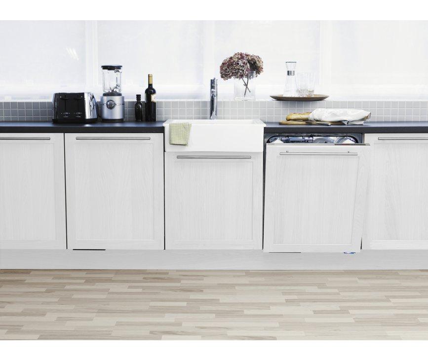 De Asko D5544 Fi XL kan volledig ingebouwd worden in de keuken en u kunt uw eigen keukendeur er weer voorplaatsen