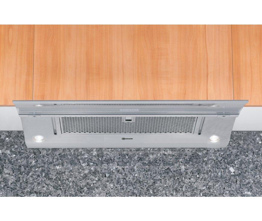 De Bauknecht DNG5390IN hier gemonteerd onder een keukenkast in een keuken