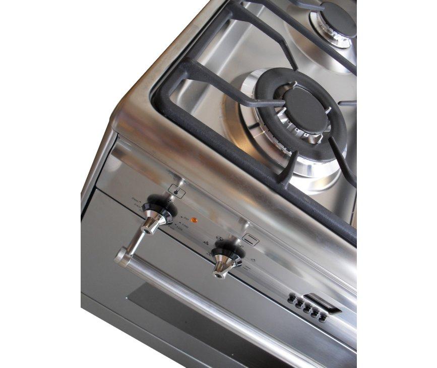 De vernieuwde wokbrander linksvoor heeft een hoger rendement en geeft zodoende meer warmte af