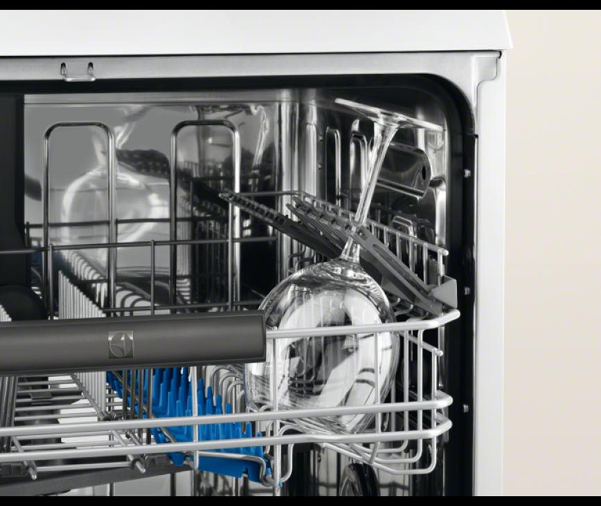 De klapbare steunen in de bovenkorf van de Electrolux ESL8330RO inbouw vaatwasser zijn erg praktisch voor bijv. wijnglazen