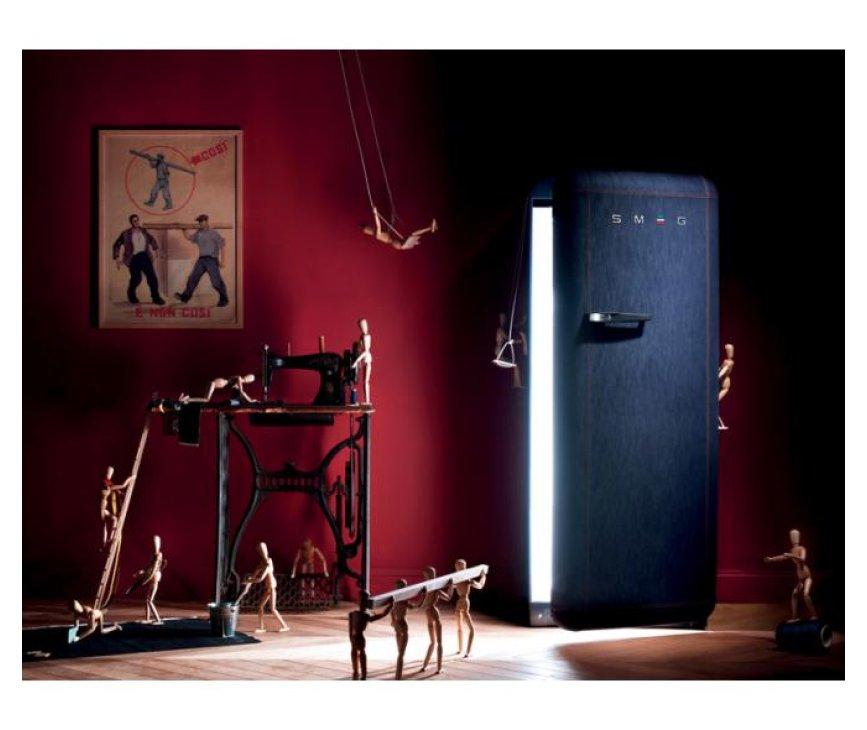 De Smeg FAB28RDB koelkast heeft een exclusief design door de fraaie naden en de denim stof