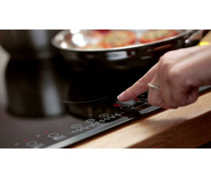 De WHIRLPOOL inductie kookplaat ACM808NE is voorzien van tiptoets bediening en flexicook