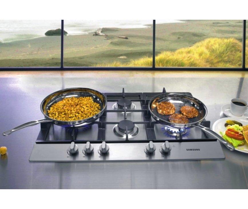 De SAMSUNG inbouw kookplaat GN7A2IFXD is voorzien van een wokbrander links