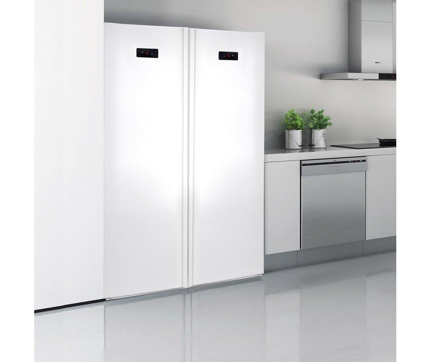 Foto van de Gram FS 6316-90 F vriezer gecombineerd met bijpassende Gram koelkast. Strakke side-by-side opstelling