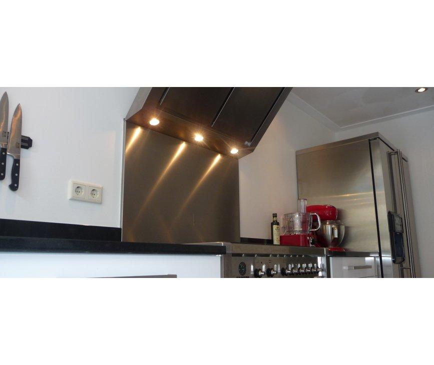 Foto van de Smeg KIT1A1-6 geplaatst in een keuken en gecombineerd met een SMEG Opera fornuis
