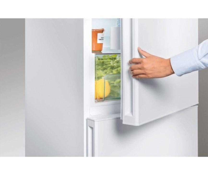De Liebherr CN4313 koelkast heeft fraaie weggewerkte interne deurgreep