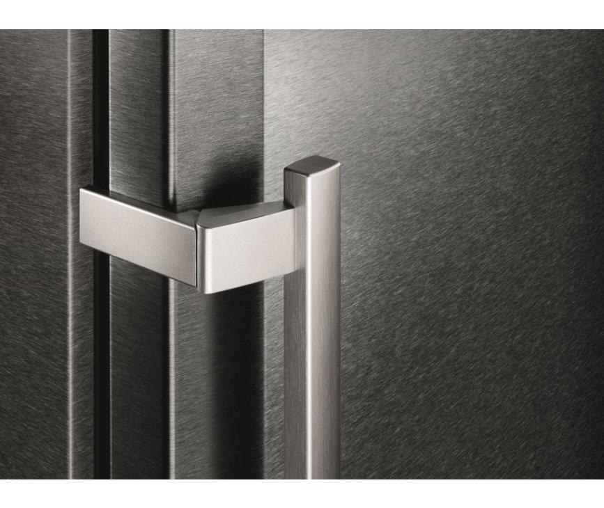 De Liebherr CNPbs4013 koelkast zwart heeft massief aluminium deurgrepen