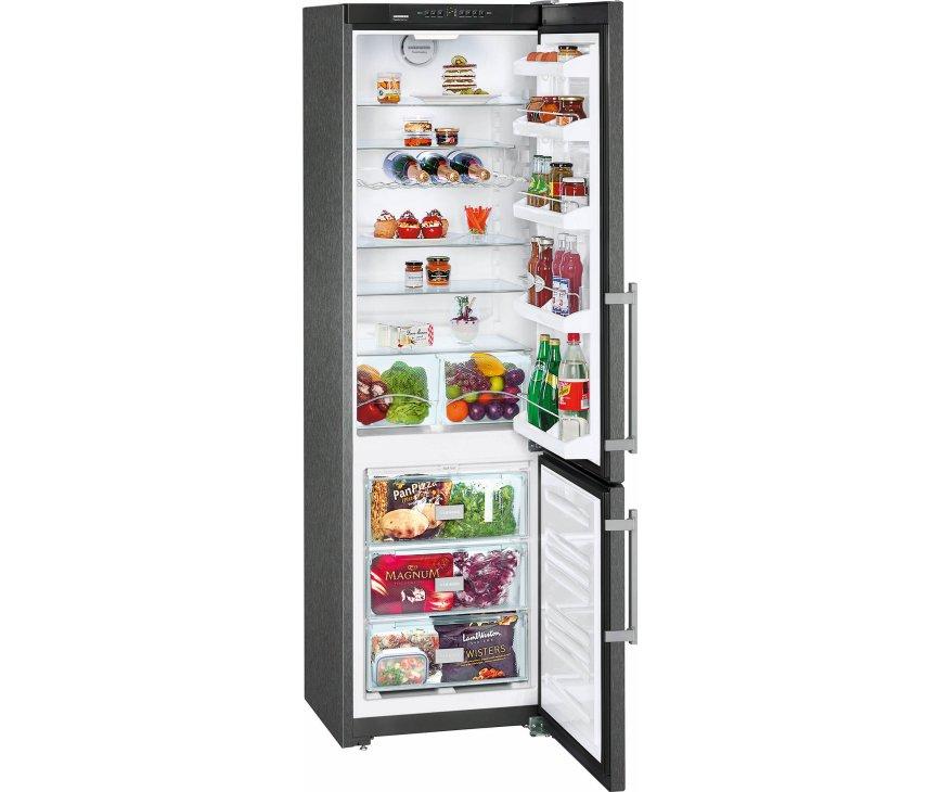 De Liebherr CNPbs4013 koelkast zwart heeft twee groente- en fruitladen op een rolplateau