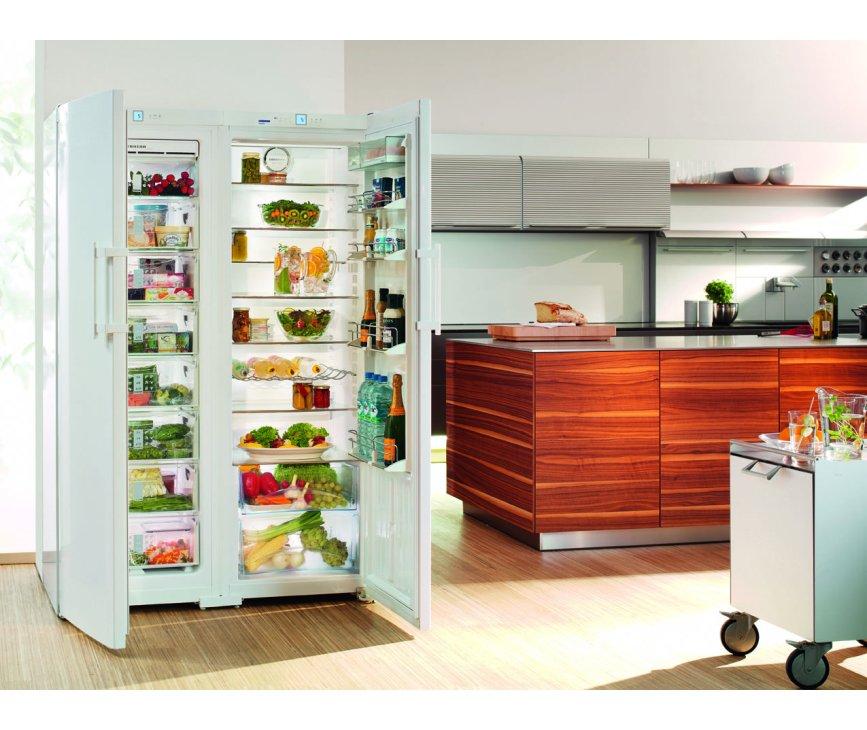 De Liebherr SBS7252 side-by-side koelkast met links het vries- en rechts het koelgedeelte