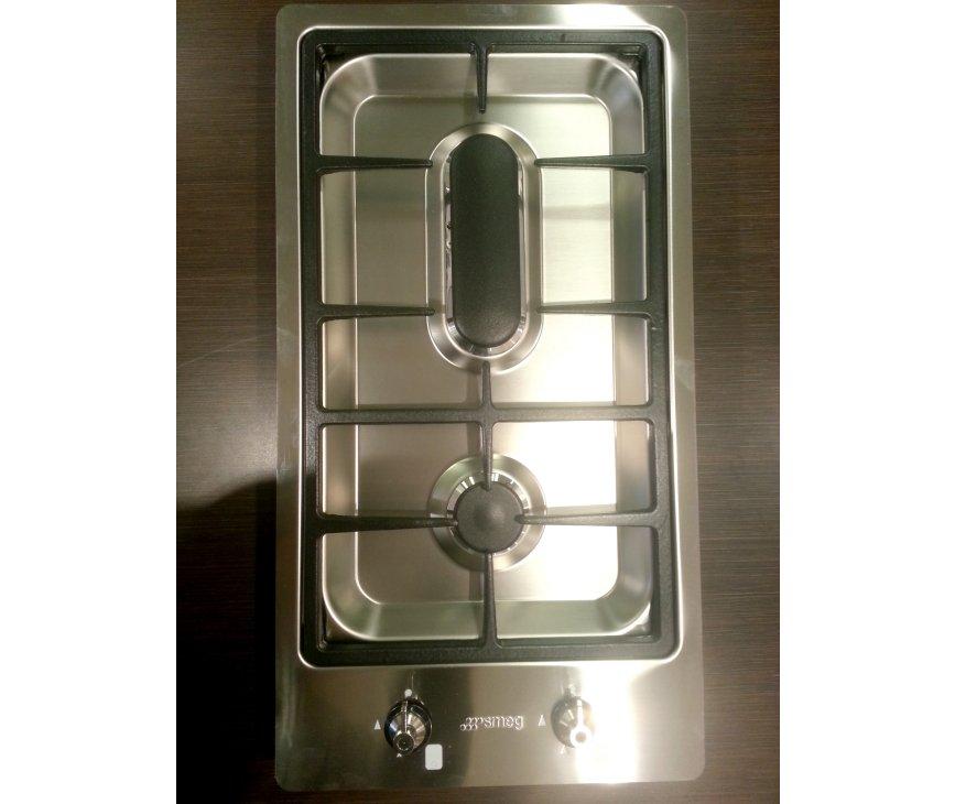 De Smeg domino kookplaat heeft gietijzeren pandrager en kenmerkende smeg knoppen