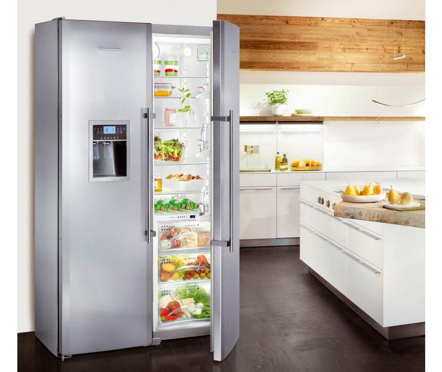 Met 121 cm. breedte, een strak design en vingervlekvrije rvs deuren is deze koelkast een aanwinst voor elke keuken