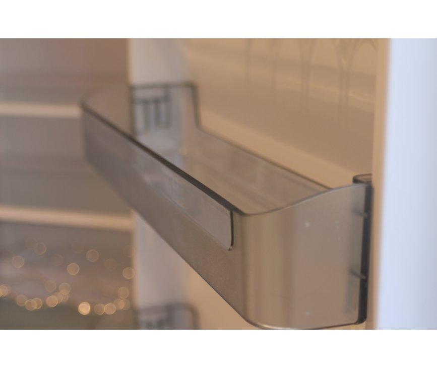 De binnendeur beschikt over diverse vakken van transparant kunststof