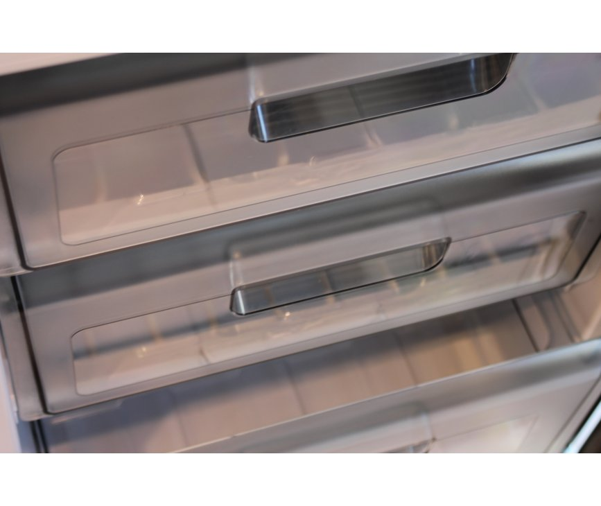 Foto van het interieur van het vriesgedeelte onderin de koelkast