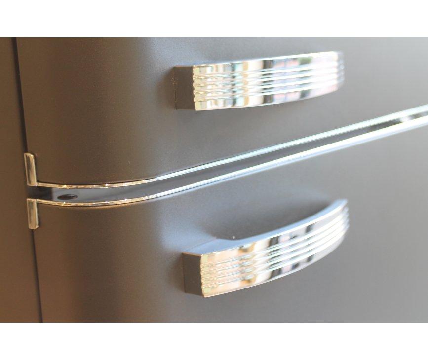 Fraai zijn de details van de Schaub Lorenz DBF19060B-8106. Bij onder andere de chromen greep en de matzwarte kleur