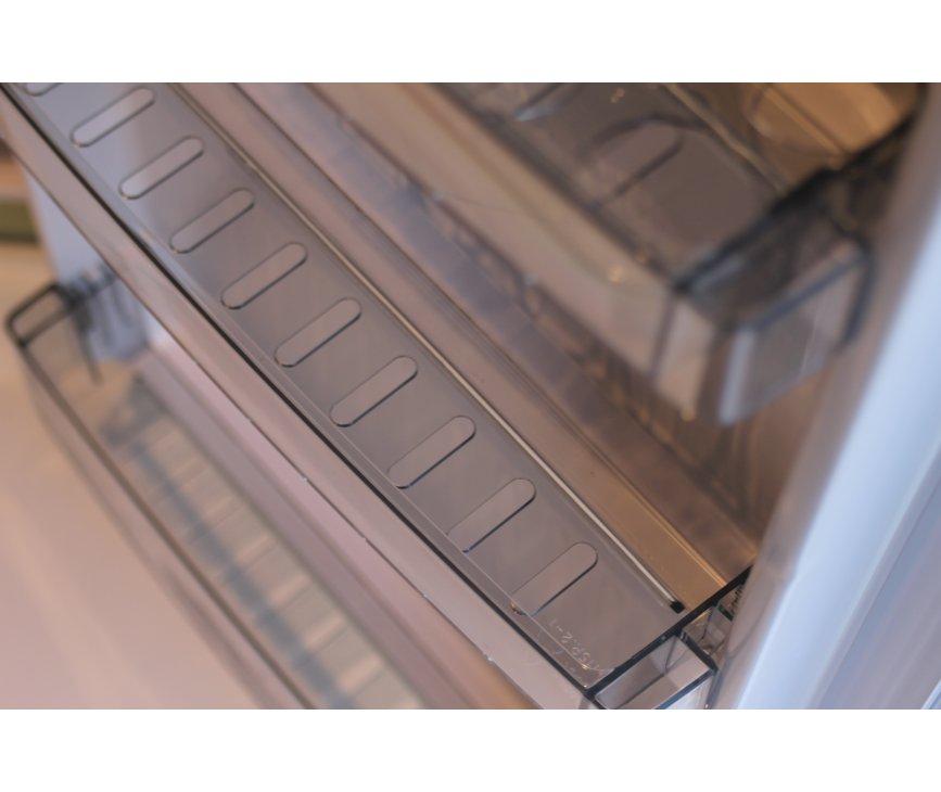 De deurvakken in de binnendeur van de Schaub Lorenz TL55M-8625 zijn uitgevoerd in transparant kunststof