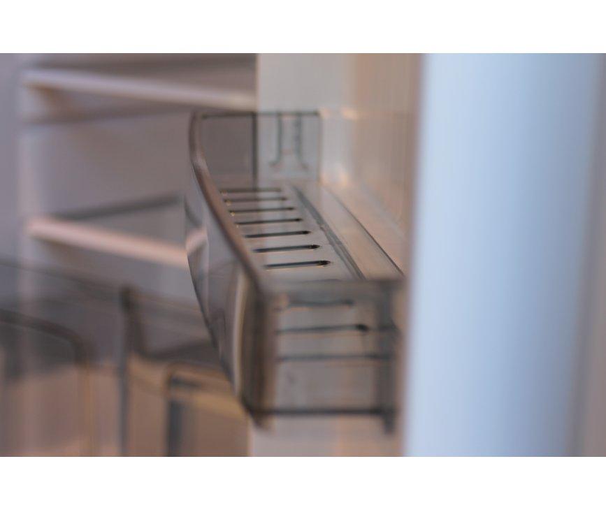 De vakken in de binnendeur van de Schaub Lorenz TL55G-6928 zijn uitgevoerd in transparant kunststof