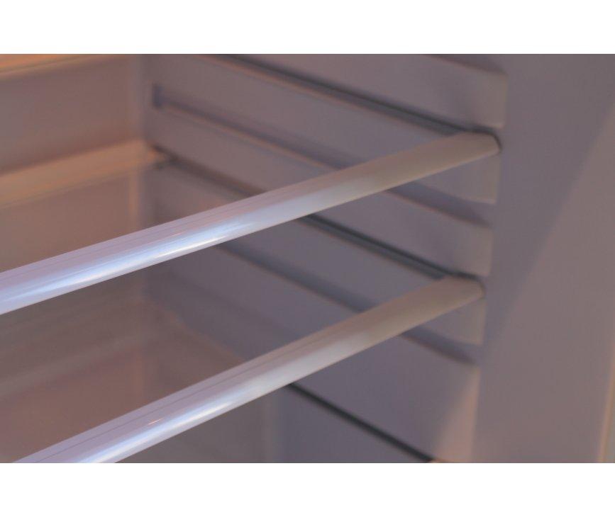 De glazen draagplateaus zijn in hoogte verstelbaar en zodoende naar wens in te delen.