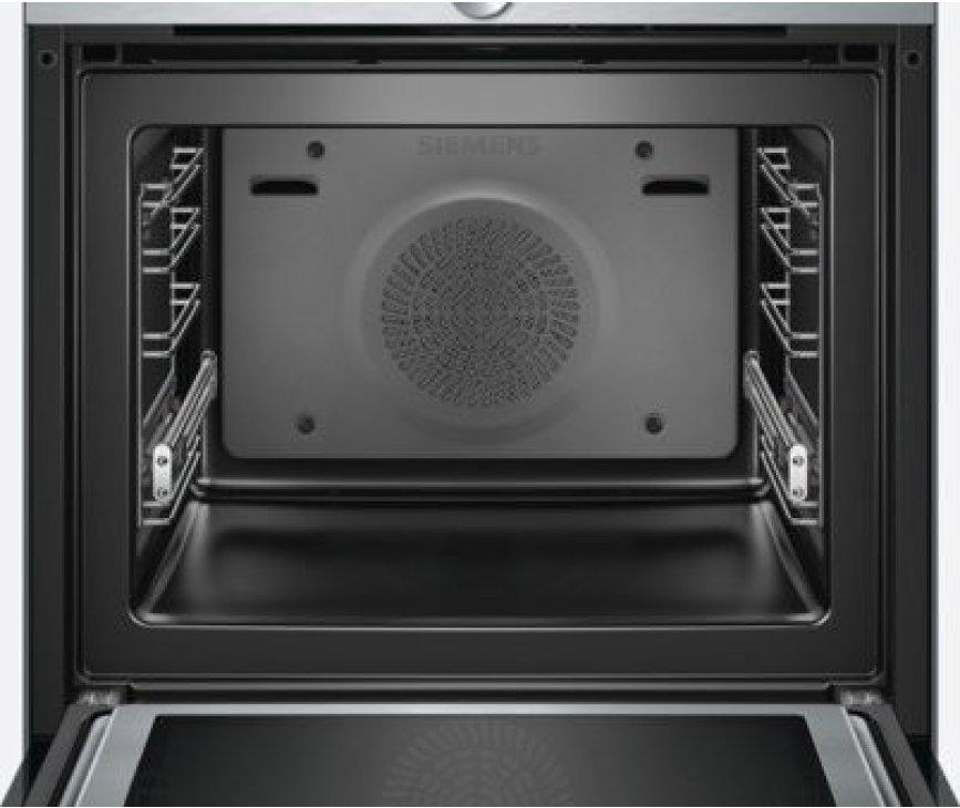De binnenzijde van de Siemens HM633GNS1 oven met magnetron die wordt geleverd met bakplaten