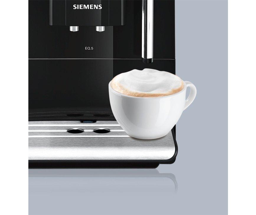 De Siemens TE501205RW koffiemachine is voorzien van creamer en een keramische maler