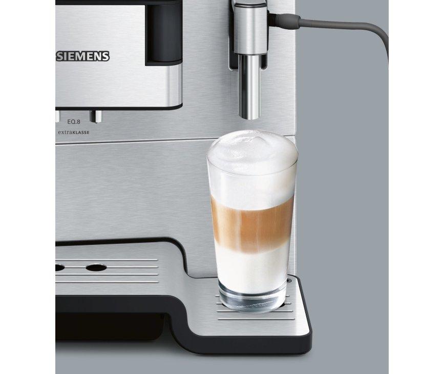 De Siemens TE806201RW koffiemachine rvs is zelfs geschikt voor hoge latte machiato glazen