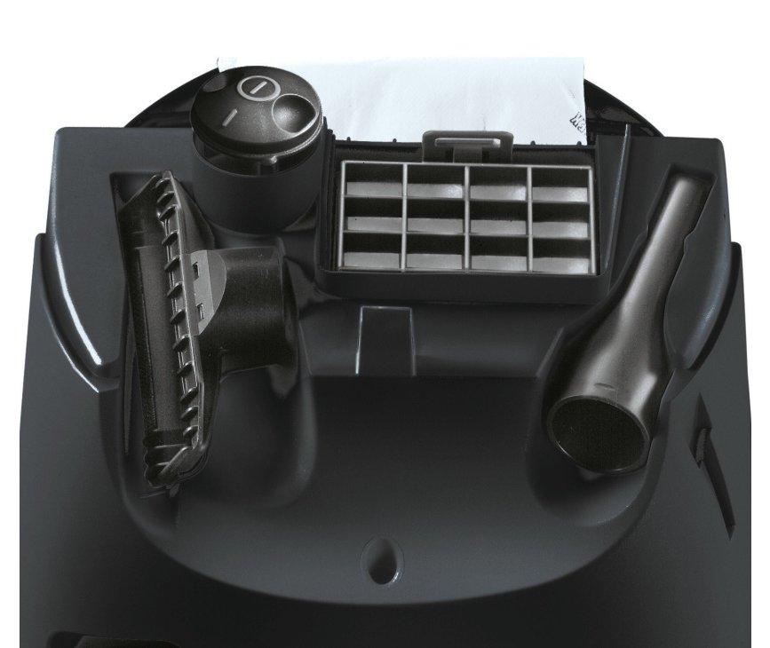 De Siemens VS06C100 stofzuiger blauw wordt gelverd met diverse zuigmonden die kunnen worden opgeborgen in het apparaat