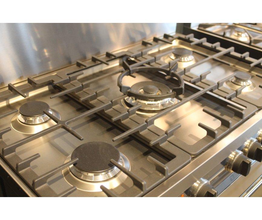 Het kookgedeelte van de Smeg B91GMXNL is voorzien van vijf branders, waaronder een sterke wokbrander in het midden.