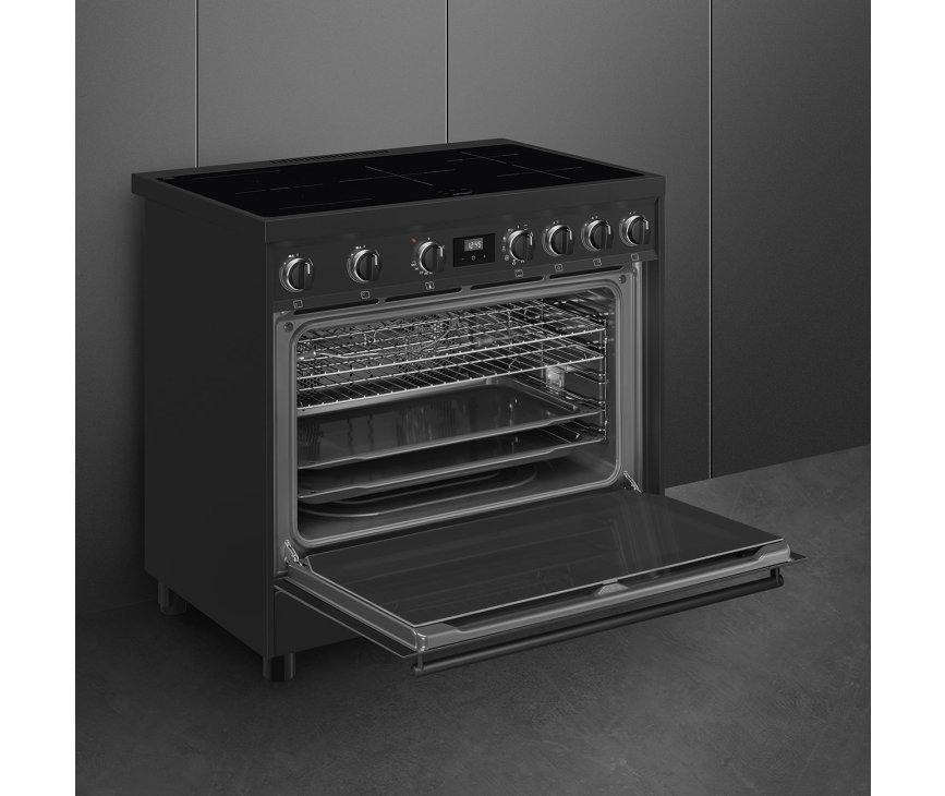 De ruime oven onder het kookgedeelte heeft een zuinige energieklasse A label